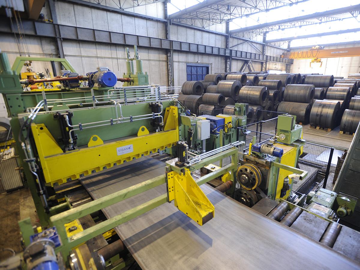 Besaümung der Kanten von Stahlplatten; eine weitere Dienstleistung ...